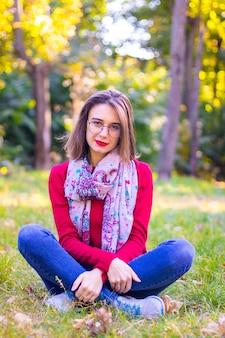 Девушка в красном свитере на природе. девушка в красном в природе. девушка с красными губами. осеннее фото