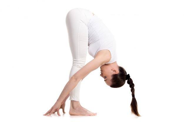Девушка в форме протягивать мышцы