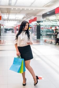패키지와 달러 쇼핑몰에서 여자