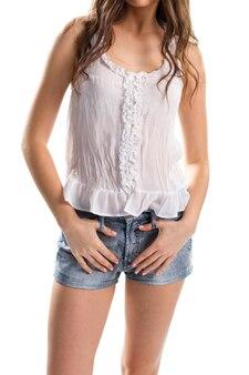 민소매 블라우스에 소녀입니다. 데님 반바지와 흰색 탑. 고품질의 면 의류. 포근한 여름옷.