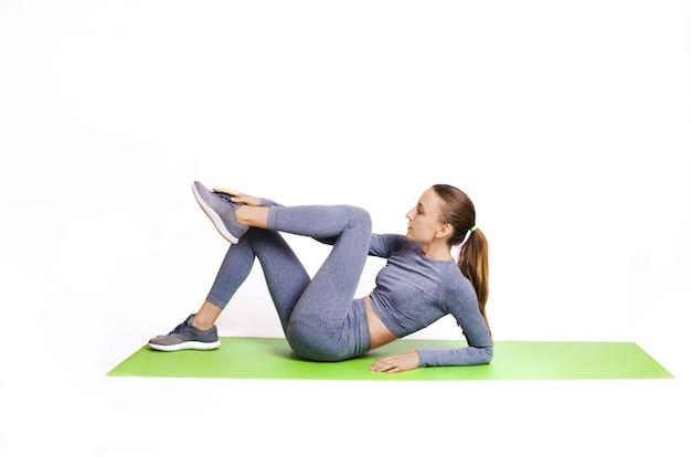 Девушка в спортивной тренировке в спортивной одежде
