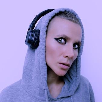 スタイリッシュなヘッドフォンの女の子。 djの雰囲気