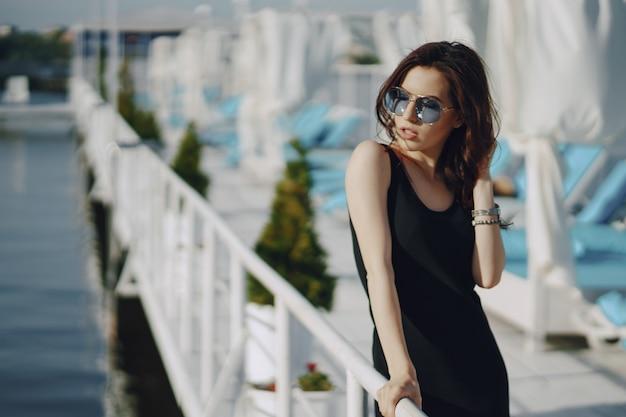 Девушка в темных очках