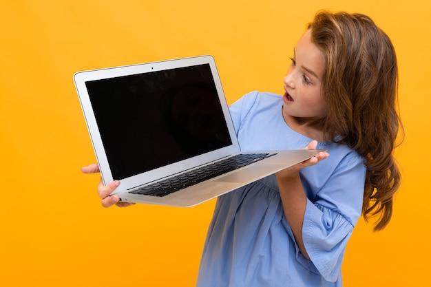 노트북 화면에 보이는 깜짝 소녀