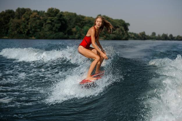 海でボード上の水着の女の子