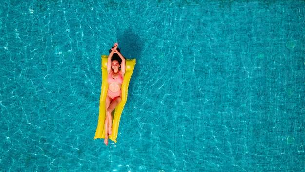 수영장에서 선탠하는 수영복 소녀