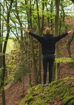 Девушка осенью красивый лес