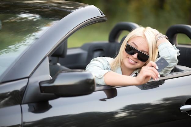 キーを使用して車の中で少女