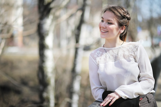 Девушка в городском парке на прогулке в повседневной одежде