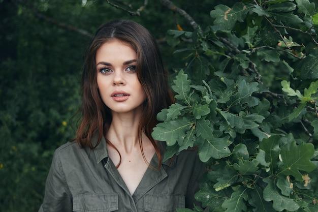 森の中の少女魅力的な外観緑のスーツ低木トリミングビュー