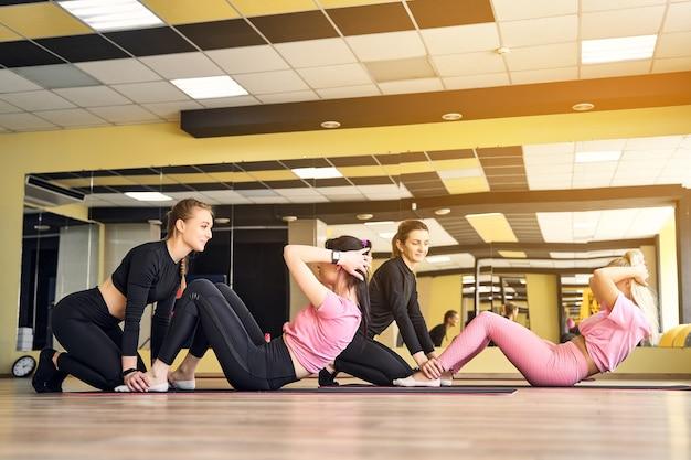 언론 팀워크를위한 연습을 하 고 체육관에서 여자