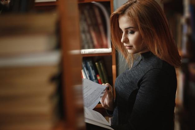 도서관에있는 여자