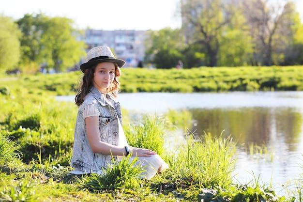 Девушка в парке вечером солнечного дня весной