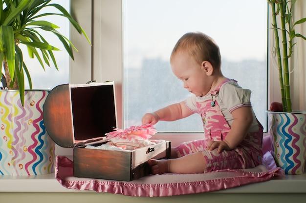 분홍색 전체의 소녀는 문턱에 앉아