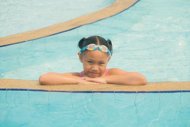 プールの女の子