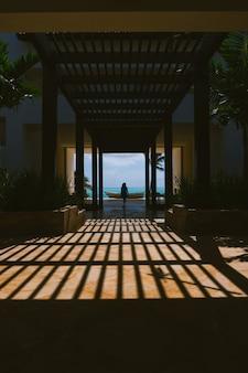 Девушка на курорте в карибском бассейне