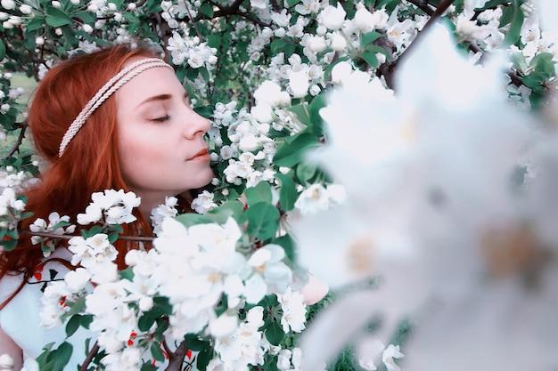 봄의 소녀는 저녁 석양에 사과 골목을 걷는다