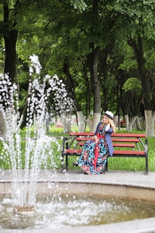 夏の日の散歩のための傘を持つ通りの女の子
