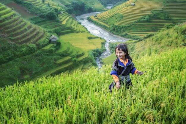 Девушка на террасе рисовой фермы