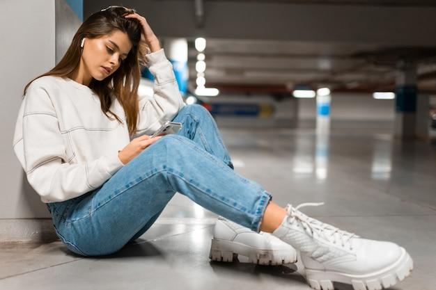 지하 주차장에서 음악을 듣는 소녀