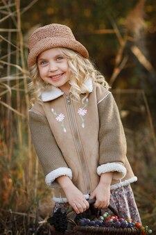 Девушка в лесу осенью на прогулке с корзиной