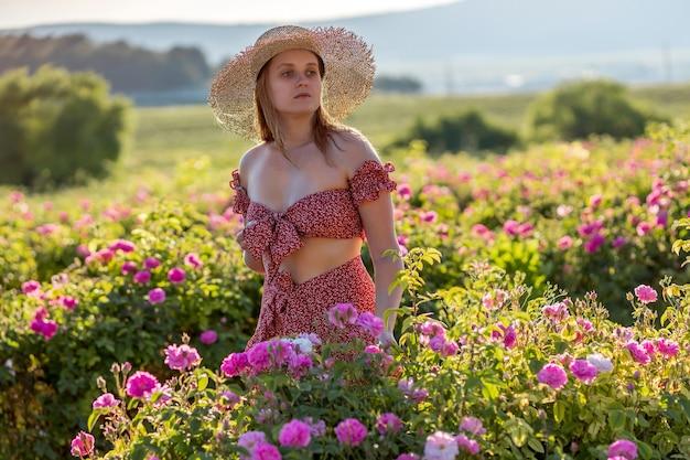 Девушка гуляет на плантации роз