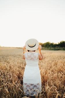 밀밭, 여자의 손과 밀 spikelet, 필드에 일몰에 소녀.