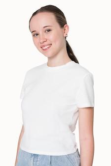 Девушка в белой футболке, съемка молодежной одежды
