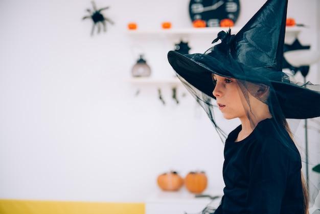 Девушка в костюме ведьмы созерцая