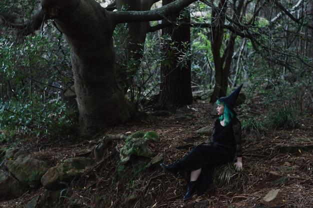 Девушка в костюме ведьмы в лесу