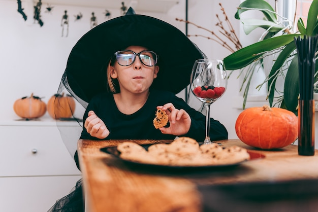 Девушка в костюме ведьмы