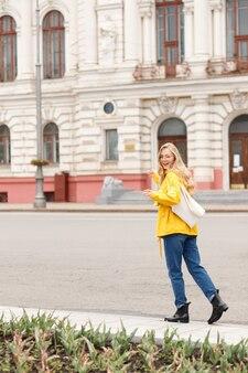 エコビークと黄色のレインコートを着た女の子が街を歩く