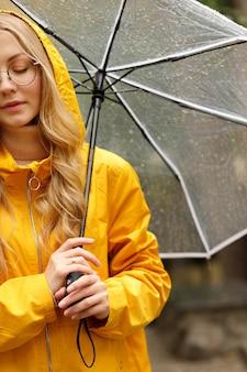 傘と黄色のレインコートの女の子