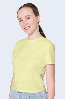 Девушка в желтой футболке, съемка молодежной одежды