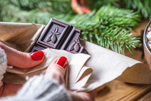 소녀는 초콜릿을 들고있다