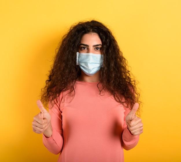 Девушка с оптимизмом смотрит на поражение коронавирусом covid 19