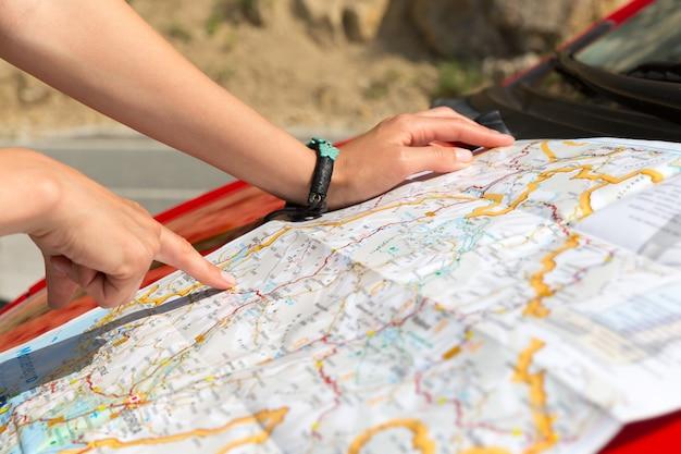 女の子は地図を読んでいます