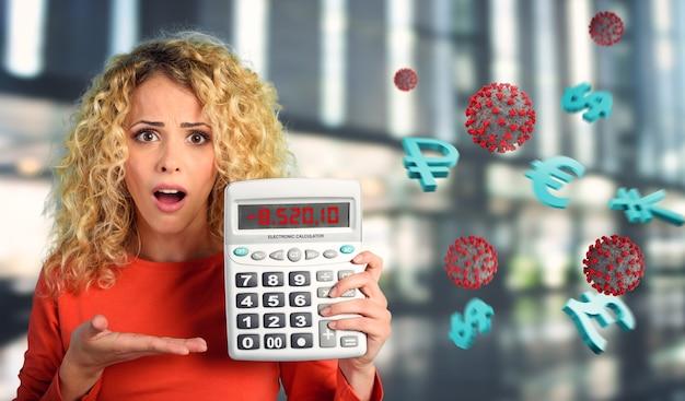 Девушка шокирована и показывает отрицательный номер экономического кризиса из-за коронавируса covid