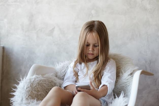 La ragazza è seduta in soggiorno