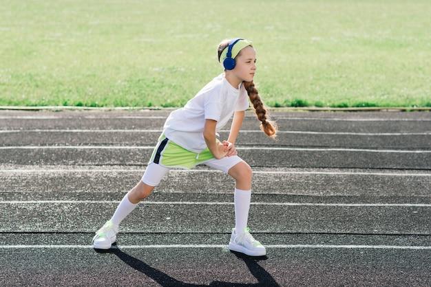 화창한 여름 저녁에 조깅하는 소녀, 디딜 방아, 경기장, 신체 훈련, 다시 학교에 누워 피곤.