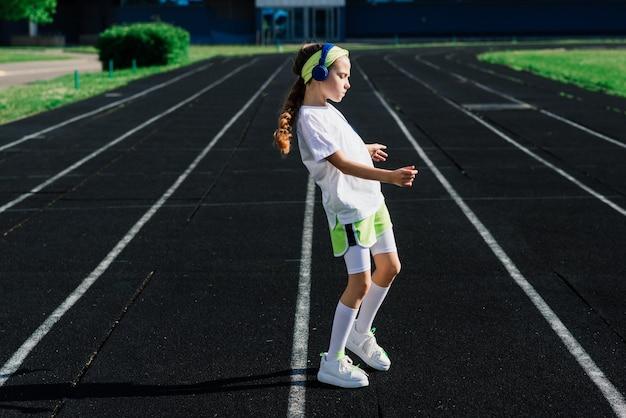 화창한 여름 저녁에 조깅하는 소녀, 러닝머신, 경기장, 신체 훈련, 학교로 돌아갑니다.