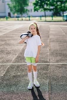 여름 저녁에 조깅하는 소녀, 러닝머신, 경기장, 신체 훈련, 학교로 돌아가기