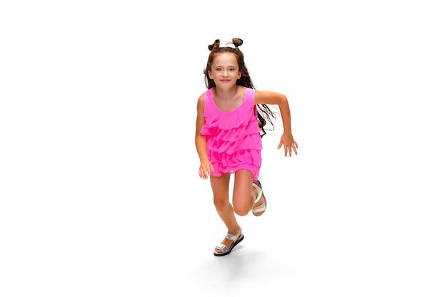 점프와 실행에 고립 된 흰색 배경, 어린 시절 소녀