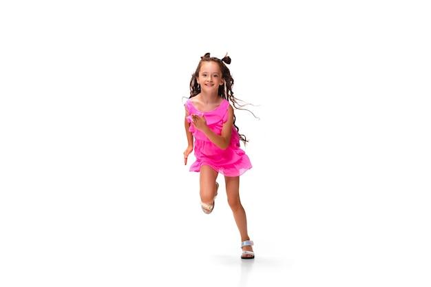 Девушка прыгает и работает, изолированные на белом фоне