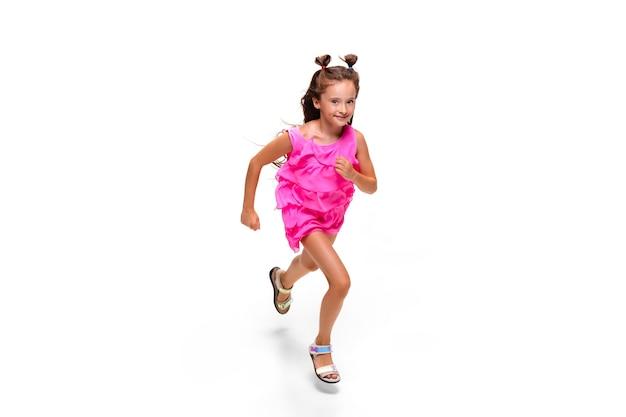 ジャンプして走っている女の子が白で隔離