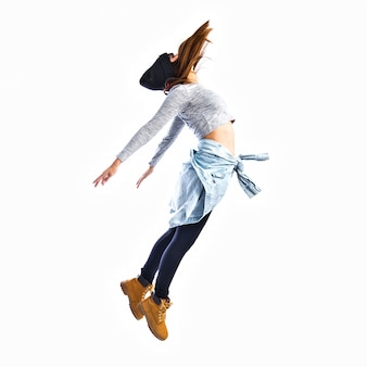 Девушка прыгает в стиле хип-хопа