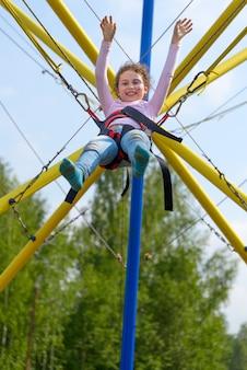 トランポリンでジャンプする女の子