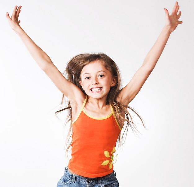 女の子は白い壁にジャンプします
