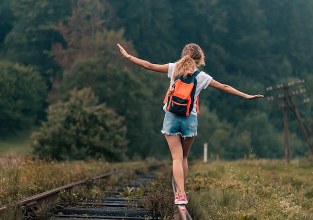 소녀는 철도 트랙에서 균형을 유지