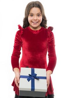 여자 아이가 생일 선물 상자를 들고 있습니다. 모든 소녀는 그러한 놀라움을 꿈꿉니다. 생일 소녀는 리본 활과 함께 선물을 나른다. 선물을 만드는 예술. 생일 위시리스트. 안에 있는 것. 생일 개념입니다.